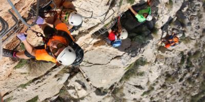 Grieta Aventura-¡Atrévete a ascender por un sendero vertical! Vía Ferrata-Dare to ascend a vertical path! Via Ferrata-Atreveix-te a ascendir per una sendera vertical! Via Ferrata