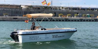 Boat rental without licence in the Marina of València