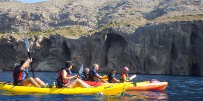 Navega en kayak por los acantilados y visita cuevas